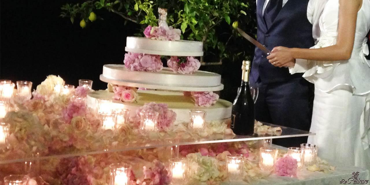 Table composition wedding cake cutting